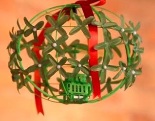 Mistletoe-drone-by-Hammacher-Schlemmer-318