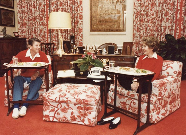 photograph_of_the_reagans_eating_on_tv_trays_in_the_white_house_residence_-_nara_-_198525-9cf34be6128e0fc689b7593a25801feb032048eb-s800-c85