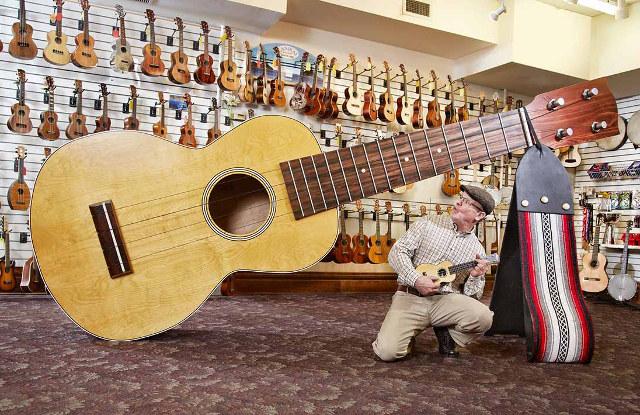 worlds-largest-ukulele-1