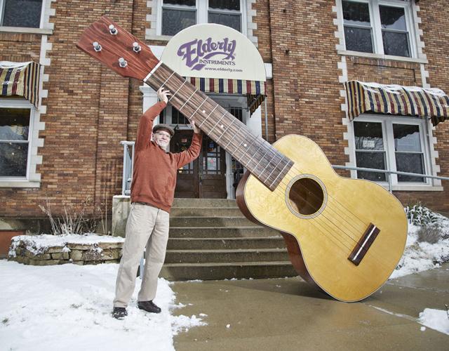 worlds-largest-ukulele-2